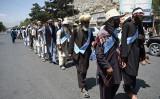 英紙フィナンシャルタイムズによると、過去1年間中国当局は国際テロ組織タリバンの幹部と複数回接触した。写真は、今年6月内戦に苦しむアフガニスタンの一部の国民が停戦と平和交渉を呼び掛けるデモ進行を行った(WAKIL KOHSAR/AFP/Getty Images)
