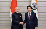 2016年11月、首相官邸で安倍首相とインドのモディ首相が会談(FRANCK ROBICHON/AFP/Getty Images)