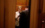 2009年国務長官任期中のヒラリー・クリントン氏、エレベーターのなかで携帯を確認している (Chip Somodevilla/Getty Images)