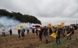 8月29日、フランス全土から集まった農業従事者100人ほどが、中国資本により土地が買収問題について反対するデモを行った(Guillame Souvant/AFP/Getty Images)