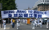 中国では2015年5月以降、法輪功愛好者による江沢民告訴運動が広がっている。写真は2003年7月21日、世界各地の法輪功愛好者が米国ワシントンDCに集まりデモ行進を行った様子(大紀元)