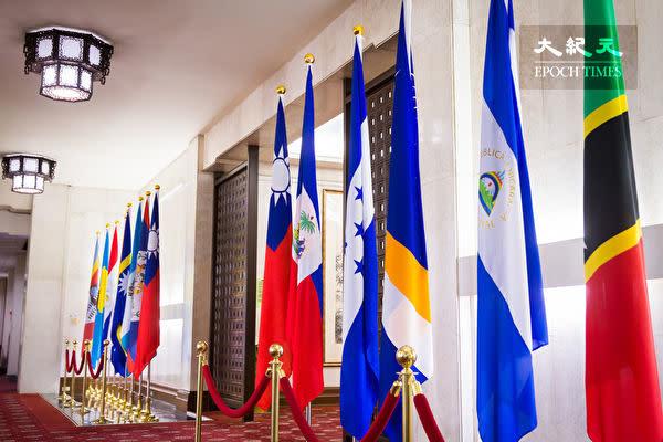 台湾外務省に掲揚されている友好国の国旗(陳柏州/大紀元)