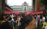 中国湖南省耒陽市では9月1日、小学生の保護者らが、地元小学校で強制転校に抗議した(抗議者が提供)