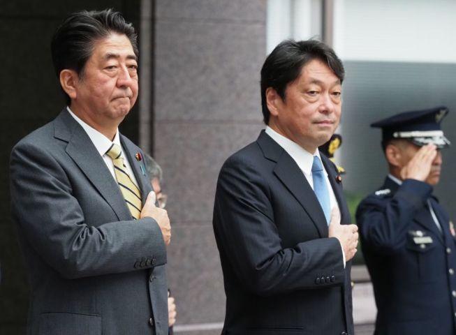 9月3日、防衛省で開かれた高級幹部会同に出席した安倍晋三首相と小野寺五典防衛大臣(TOSHIFUMI KITAMURA/AFP/Getty Images)