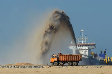 2017年12月、スリランカで中国企業が首都コロンボで港湾の建設工事を進める様子。土砂をポンプで吸い上げている(LAKRUWAN WANNIARACHCHI/AFP/Getty Images)