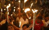 スリランカの首都コロンボで9月5日、シリナセ現政権の政策に反対する前ラジャパクサ大統領が率いたデモ。数万人が参加した(LAKRUWAN WANNIARACHCHI/AFP/Getty Images)