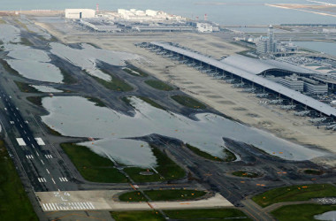 関西国際空港では4日、台風21号の影響で滑走路が浸水した(AFP)