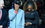 全米オープンを制し、四大大会制覇を果たした大坂なおみ選手だが、会場に響くブーイングに悲しみの涙を流した。肩を抱く前回大会の覇者セリーナ・ウィリアムズ選手(GettyImages)