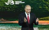 東方経済フォーラムに出席するプーチンロシア大統領。2018年9月12日撮影( Kirill KUDRYAVTSEV / AFP)
