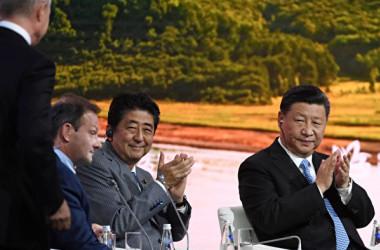 ロシア極東ウラジオストクで9月10~13日の日程で開かれる「東方経済フォーラム」に出席した安倍晋三首相と中国の習近平国家主席(KIRILL KUDRYAVTSEV/AFP/Getty Images)