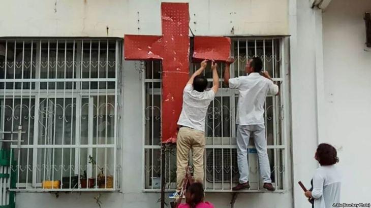 取り下げられる、家庭教会とみられる施設に掲げられた十字架。(華人基督徒公義団契ジョナサン・リュウ氏が公表)