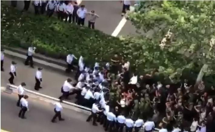 9月10日、中国各地で待遇改善を求める退役軍人が抗議デモを起した。四川省成都市では、警備隊と元軍人が衝突した(スクリーンショット)