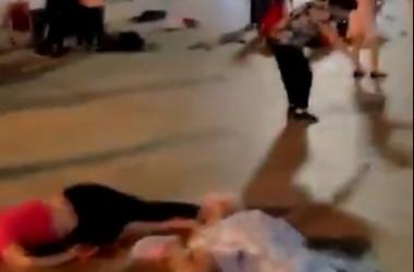 中国湖南省衡陽市衡東県で12日夜、地元の広場にいた群衆に男らが車で突っ込んだ後、住民を切りつけた。当局は11人死亡、44人負傷と発表した(スクリーンショット)