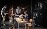 ドイツの劇団「シャウビューネ劇場」が上演する演劇「民衆の敵」のワンシーン 資料写真(ANNE-CHRISTINE POUJOULAT/AFP/Getty Images)