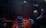 上海で行われる旧暦8月の行事を監視する監視カメラ(JOHANNES EISELE/AFP/Getty Images)