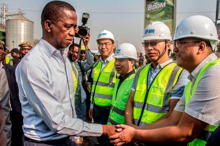 ザンビアの大統領エドガー・ルング氏は9月15日、中国航空工業集団の社員と握手を交わす(DAWOOD SALIM/AFP/Getty Images)