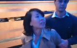 9月30日、イギリス中部バーミンガムで与党の保守党が主催した香港の自治現状に関する会議で、取材をしていた中国国営中央テレビ(CCTV)の女性記者(48)がボランティアスタッフの香港人男性(24)の顔を叩いたとして、地元の警察当局に一時拘束された(スクリーンショット)