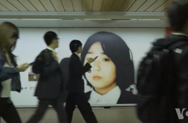 東京新宿駅構内に掲げられた、拉致問題の解決を呼び掛けるポスター(大紀元)