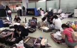 9月28日上海浦東国際空港で、税関当局は帰国した中国人観光客に対して、代理購入ビジネスを取り締まるための荷物検査を行った(微信よりスクリーンショット)
