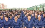 2017年4月、施設内で「再教育」を受ける収容者たち(新疆ウイグル自治区司法当局の微信アカウントより)