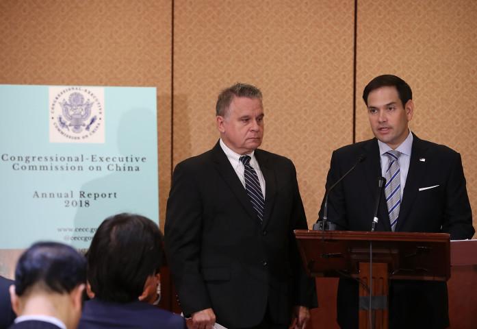 米政府機関CECCが10日、中国の人権に関する報告書を発表した。写真は報告書の発表に合わせて開かれた記者会見に出席したルビオ議員ら(Mark Wilson/Getty Images)