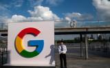 中国上海で2018年9月、国際AI会議が開かれ、検索大手グーグルのロゴが掲げられた(JOHANNES EISELE/AFP/Getty Images)