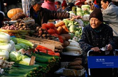 中国国家統計局が発表した9月の消費者物価指数(CPI)は前年同月比2.5%上昇となった。米紙WSJは、同統計が中国市民の生活コスト急騰を反映していないと指摘した(TEH ENG KOON/AFP/Getty Images)
