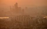 2014年11月、大気汚染でかすむ韓国ソウル(ED JONES/AFP/Getty Images)