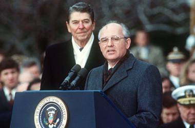 1987年12月8日、当時の米国のレーガン大統領(左)とソ連のゴルバチョフ書記長(右)が中距離核戦力全廃条約(INF)を米ワシントンDCで調印した(JEROME DELAY/AFP/Getty Images)