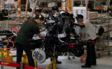 2018年8月、SUVを組み立てる北汽集団(BAIC)工場の工員たち(NICOLAS ASFOURI/AFP/Getty Images)