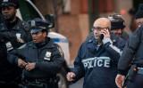 10月25日早朝ニューヨーク市内で、小包に入った手製爆弾と見られる不審物がレストランに送付されたとして捜査する警察官(Drew Angerer/Getty Images)
