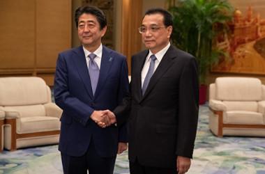 安倍晋三首相は10月25日から27日までの日程で中国を訪問した。写真は安倍首相(左)と中国の李克強首相(右)(Roman Pilipey/Getty Images)