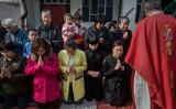 2017年4月、重慶の教会で祈りをささげるクリスチャンたち(Kevin Frayer/Getty Images)