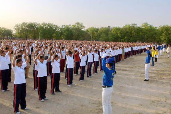 法輪功を練習するインドの学生たち(明慧ネット)