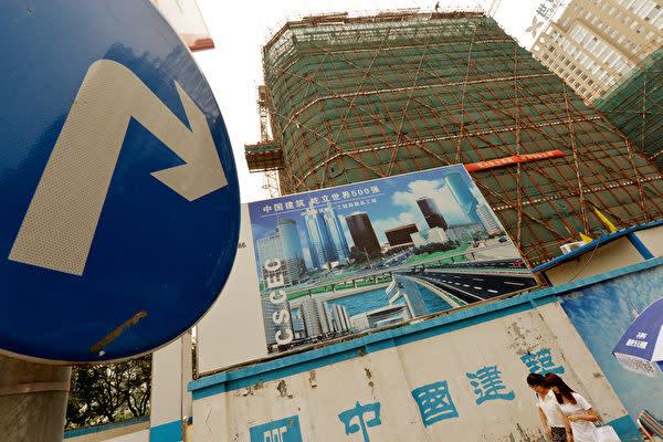 中国国内ではこのほど、不動産業者の住宅値引き販売に対して、各地の住宅所有者が抗議した(MARK RALSTON/AFP/Getty Images)