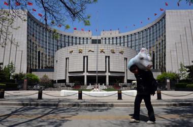 中国人民銀行(中央銀行)は2日、国内金融持ち株大手5社を対象に、試験的に規制を実施すると発表した(MARK RALSTON/AFP/Getty Images)