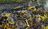2017年5月1日、広東省深セン市内の一角で数百台のofo自転車が積み上げられていた(大紀元資料室)