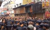 31日午後、地元当局の幹部が治安維持員2千人を連れ立って、商店街に入ると、いきなり各店舗を取り壊して撤去作業を始めた(大紀元)