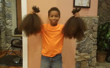 2年間伸ばした髪の毛を手にするトーマス君(アンバー・リンさんのTwitter)