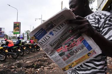 ケニア議員は、外国人資本制限法を「中国の侵攻防ぐ」ために提案した。写真はナイロビで現地紙を読む男性(参考写真、GettyImages)