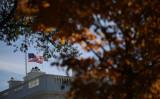 米トランプ政権は11月7日、共産主義の犠牲者を哀悼する日に声明を発表した。11月8日、オークランドの無差別殺傷事件で半旗を掲げるホワイトハウス(Win McNamee/Getty Images)