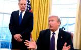 ロバート・ライトハイザー米通商代表とドナルド・トランプ米大統領。2018年2月、ホワイトハウスの大統領執務室で撮影(Mike Theiler-Pool/Getty Images)