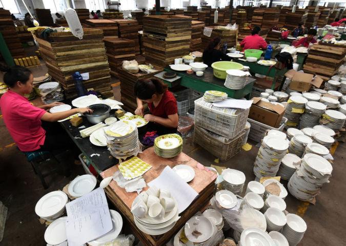 北京の統計会社によると、11月11日の中国独身の日セールでは各ECサイトの取引総額は5.1兆円に達した。写真は2017年11月、出荷準備中の白い陶器(STR/AFP/Getty Images)
