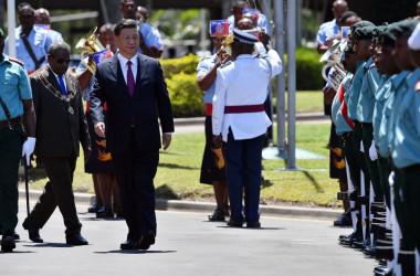 11月16日、アジア太平洋経済協力会議(APEC)出席とパプアニューギニア首脳会談で同国を訪問した中国習近平主席。左奥にボブ・ダダエ総督(SAEED KHAN/AFP/Getty Images)