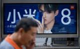 北京のバス停にある小米8の広告(WANG ZHAO/AFP/Getty Images)