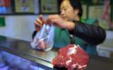 中国国内で食肉を販売する従業員(記事内容の食肉ではありません 参考写真/Getty Images)