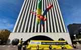 11月27日スペインのマドリードにあるグーグル社社屋の前で、検閲システム導入の検索エンジン開発に反対するアムネスティ・インターナショナルの活動家たち。トンボを揶揄したバルーンをあげている(OSCAR DEL POZO/AFP/Getty Images)