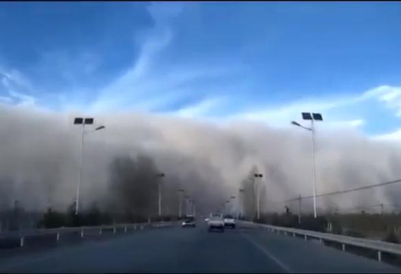 中国西北部甘粛省の一部の地域では25日、大規模な砂嵐に見舞われた(スクリーンショット)