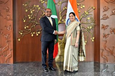 モルディブのアブドラ・シャヒド外相(左)とインドのスシュマ・スワラジ外相(右)は11月26日、インド首都ニューデリーで外相会談を行い、経済と安全保障の課題に協力していくことで合意した(External Affairs Ministry)