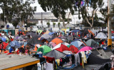 11月24日、米国とメキシコの国境ティフアナに集合する移民たち(Charlotte Cuthbertson/The Epoch Times)
